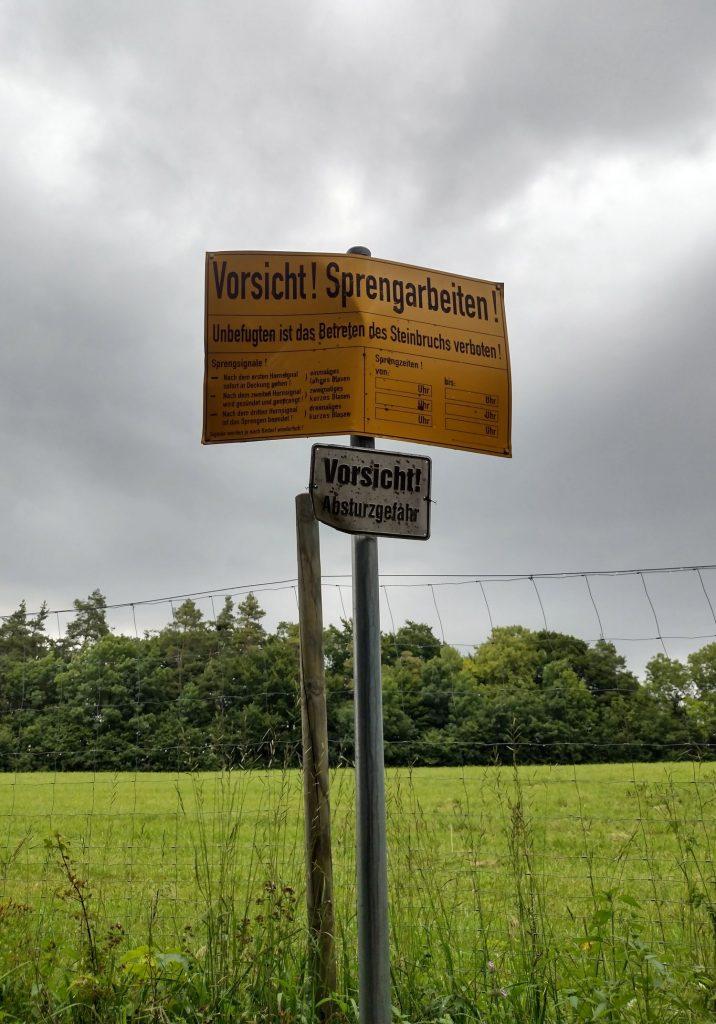 Schild: Vorsicht Absturzgefahr / Sign: Caution Danger of Falling